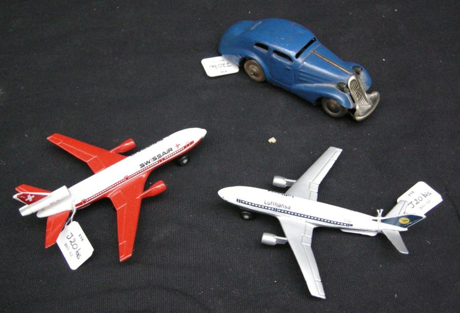 une petite voiture m canique bleue schuco et deux avions matchbox a300b. Black Bedroom Furniture Sets. Home Design Ideas