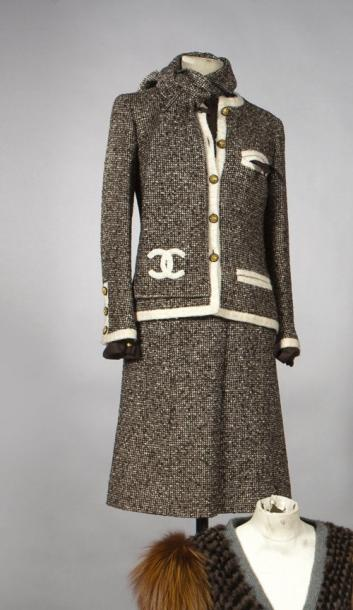 CHANEL, HAUTE COUTURE, N°42603, CIRCA 1960 Tailleur en tweed marron chiné a02a748f29b