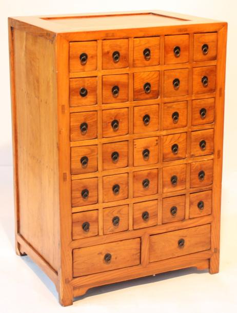 meuble a pharmacie chinois en bois d 39 ormes comprenant une serie de 30. Black Bedroom Furniture Sets. Home Design Ideas