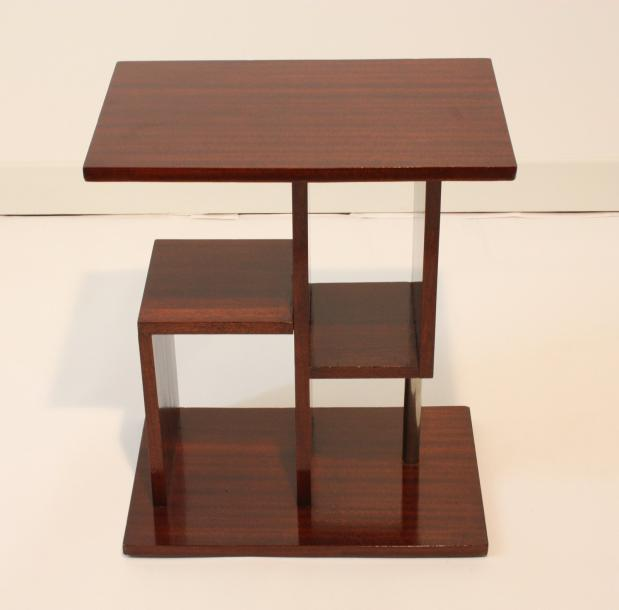 petite table formant console comprenant un plateau rectangulaire pos. Black Bedroom Furniture Sets. Home Design Ideas