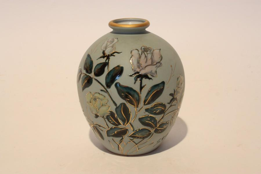 petit vase de forme boule en porcelaine de limoges fond gris bleu avec. Black Bedroom Furniture Sets. Home Design Ideas