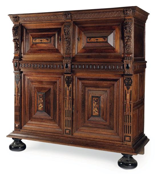 armoire basse ouvrant quatre portes en ch ne et placage. Black Bedroom Furniture Sets. Home Design Ideas