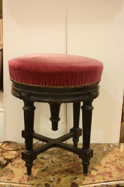 tabouret de piano garniture rouge. Black Bedroom Furniture Sets. Home Design Ideas