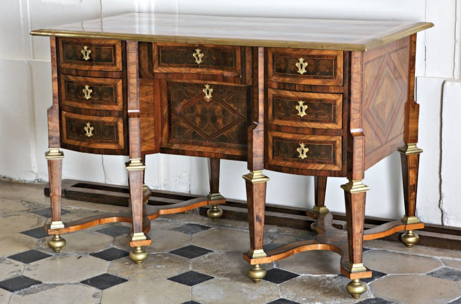 bureau mazarin en placage de noyer et palissandre le plateau est marquet. Black Bedroom Furniture Sets. Home Design Ideas