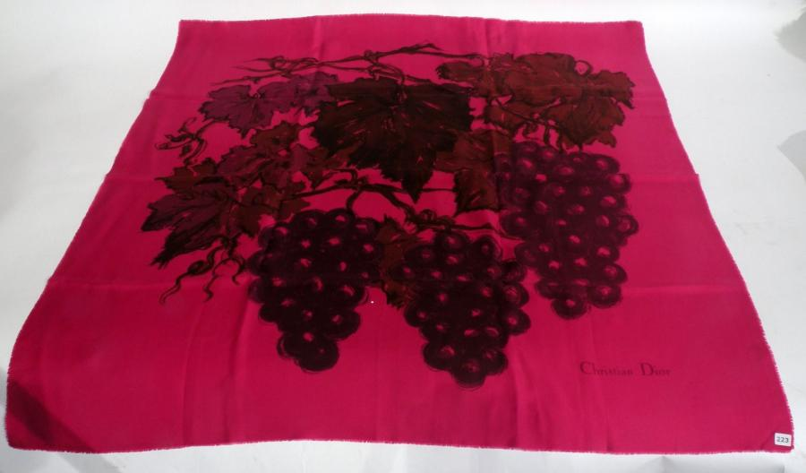 choisir l'original 50-70% de réduction le plus populaire Christian DIOR. FOULARD cerise à décor de grappes de raisin.