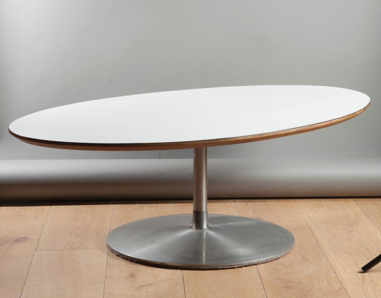 Table basse ovale pied central design pierre paulin - Table basse ovale blanche ...