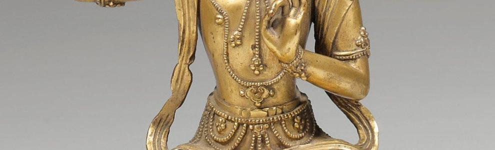 Statuette de bouddha assis en dhyanasana sur le lotus en bronze dor. Chine, poque&hellip;