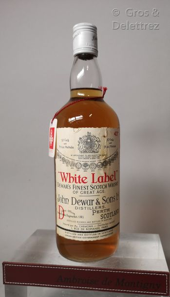 WHISKY DEWAR'S White Label «Whisky of great age» 1 bouteille Etiquette tachée.