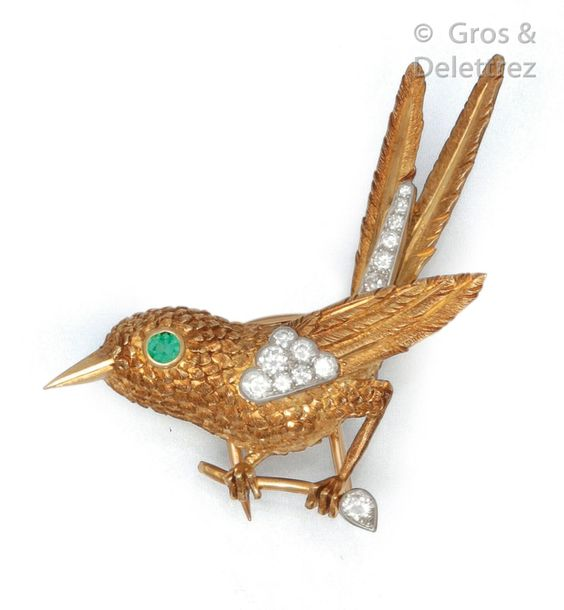 CARTIER Charmante broche « Oiseau » en or jaune finement ciselé, les ailes parti…