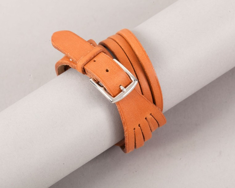 HERMÈS Paris made in France  *Bracelet double tour en cuir naturel à brides, bou…