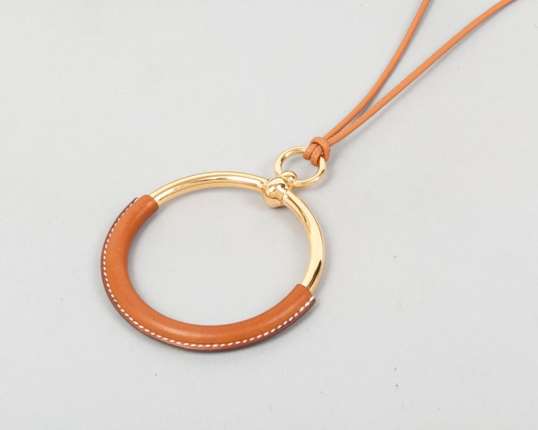 HERMÈS Paris made in France  *Collier «Grand loop» en veau barénia, pendentif en…