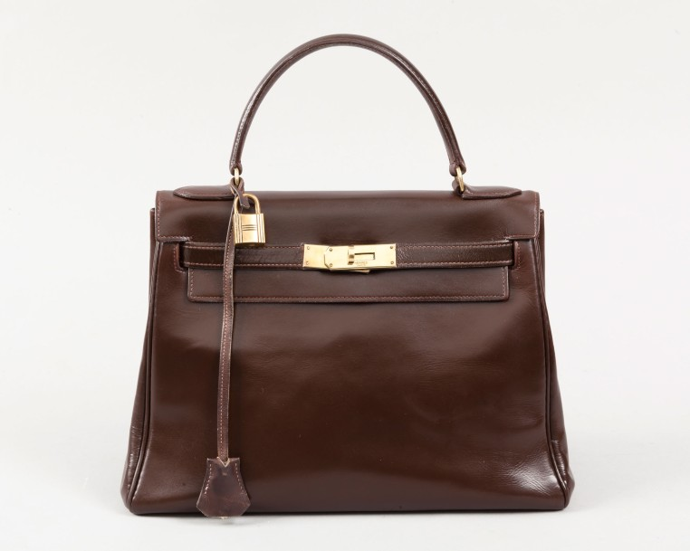 HERMÈS Paris  *Sac «Kelly» 29cm en box marron, attaches et fermoir plaqué or, po…