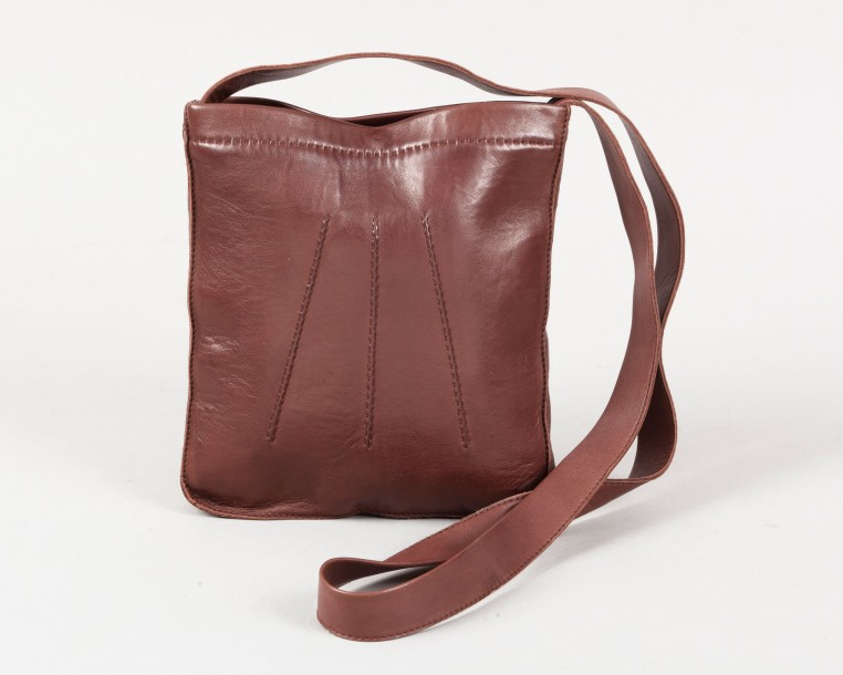 HERMÈS Paris made in France  *Sac «Toudou» 19cm en cuir agneau cacao, fermeture …