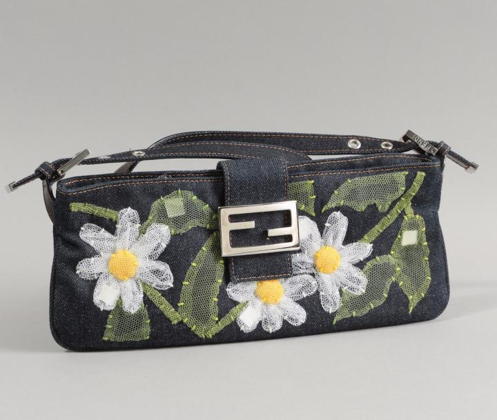 FENDI  Sac baguette 30cm en denim à surpiqûres orange, rebrodé de marguerites et…