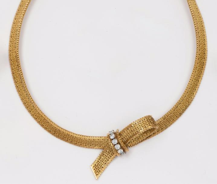 Collier souple en or jaune orné d'un motif «Noeud» serti de diamants taillés en…