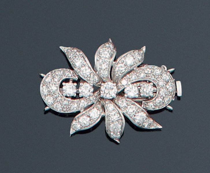 "Fermoir ""Fleur"" en or gris ciselé orné de diamants taillés en brillant dont certains…"
