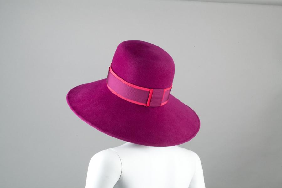 Alexandre BARTHET Paris Chapeau en poils de chameau raisin à amples bords, orné d'un…