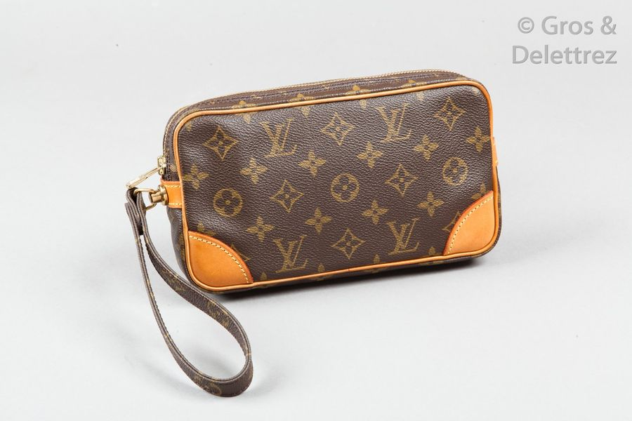 Louis VUITTON Pochette « Marly Dragonne » 23cm en toile Monogram et cuir naturel,…