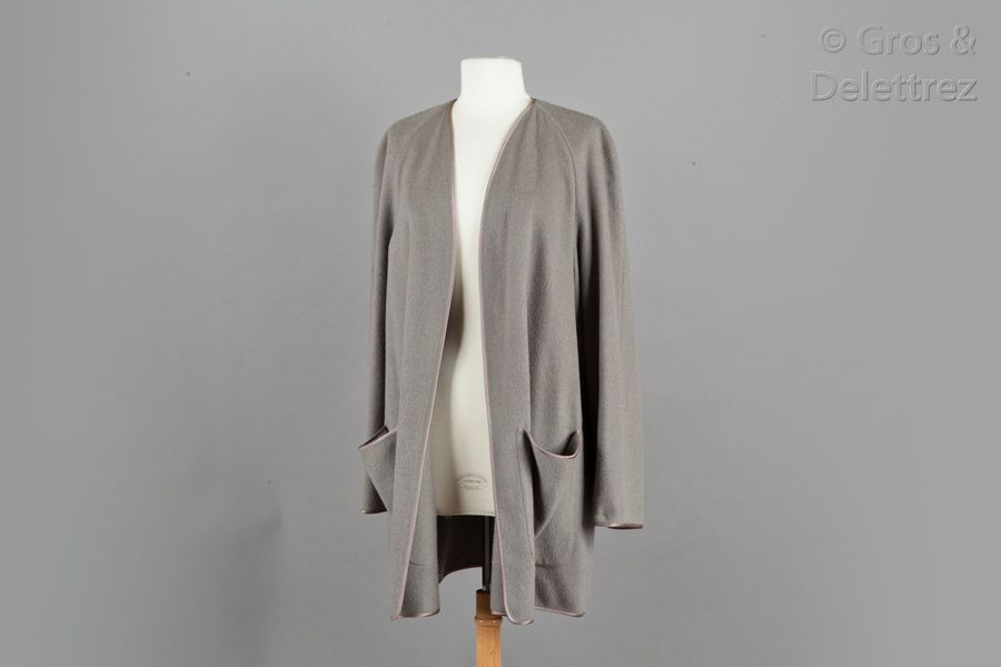 HERMES Paris Made in France  Manteau en 100% cachemire gris souris gansé d'un galon…