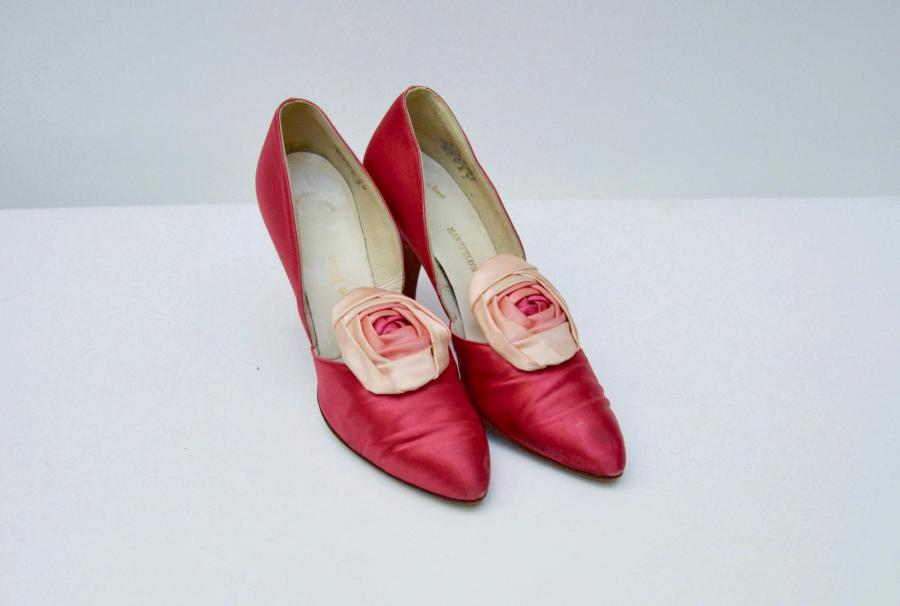 CHRISTIAN DIOR : Paire d'escarpins en satin rose. Hauzfelds, Kauser City. 1950