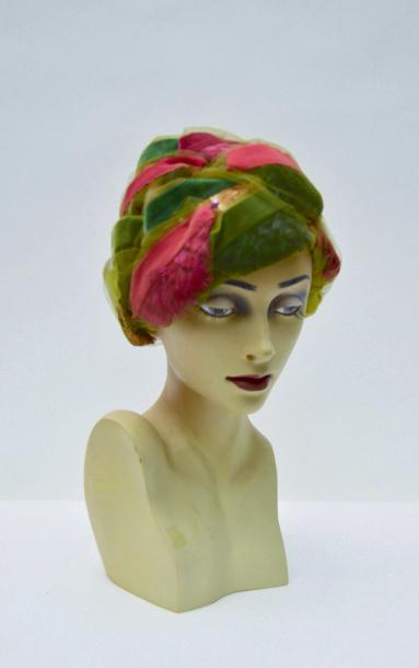 CHRISTIAN DIOR CHAPEAUX Paris-New York: TURBAN en plumes multicolores, rubans de…
