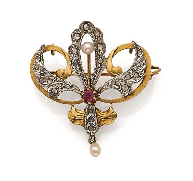 Petite BROCHE en or et or gris (750) à décor de volutes orné de roses de diamants,…