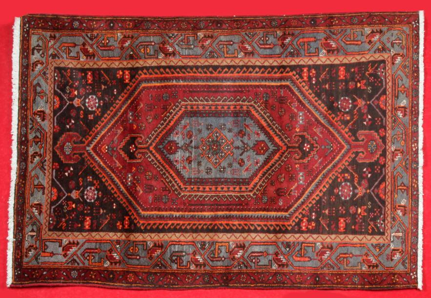 Tapis HAMADAN (Iran) vers 1980. Large médaillon central brique, incrusté d'un second…