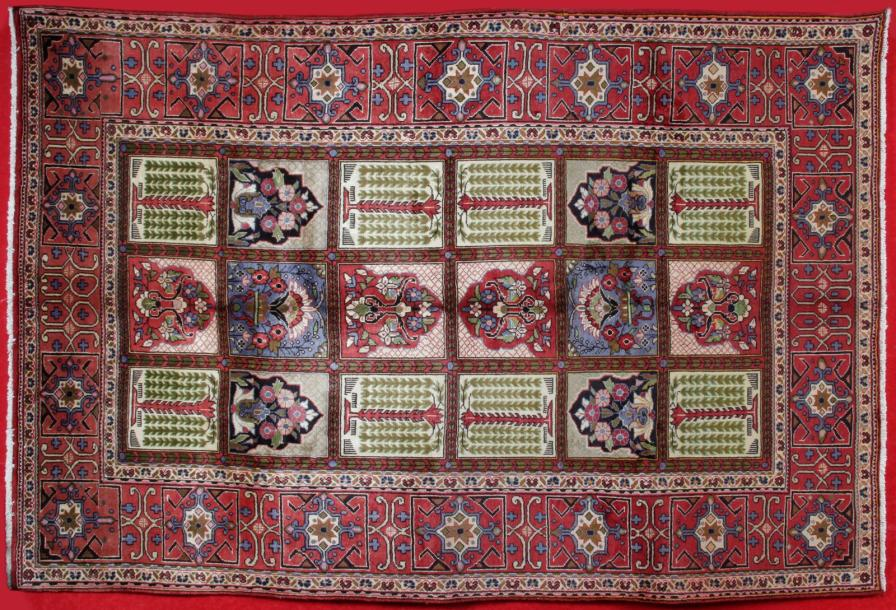 Grand tapis KACHAN (Iran) vers 1990. Décor de jardin, originale et large bordure.…