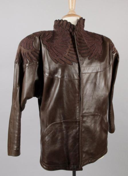 Jean-Claude JITROIS BLOUSON en agneau marron à décor d'applications en daim et de…