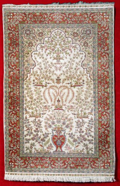 FIN TAPIS SINO HEREKE vers 1990, Tapis de prière, velours, Chaines, trame et franges…