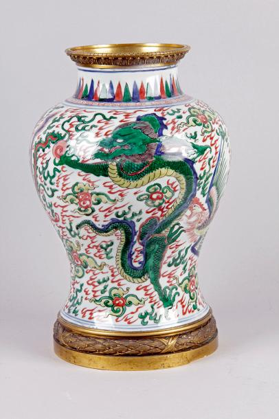 CHINE époque Transition (1628-1660) VASE BALUSTRE en porcelaine à décor wucai de…