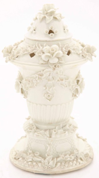 Saint Cloud  Pot pourri en porcelaine tendreà décor de guirlandes fleuries en semi…