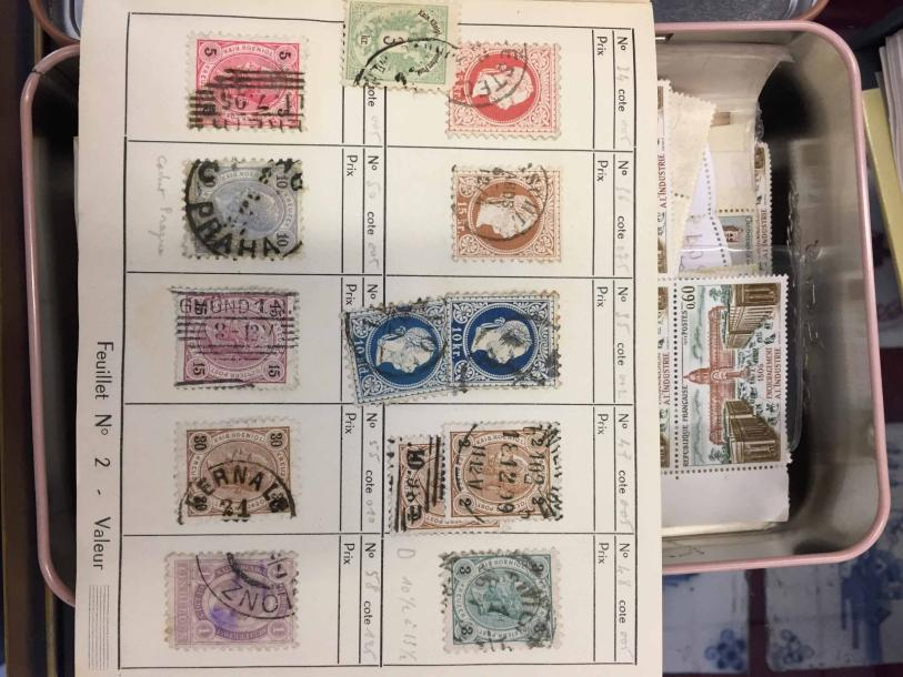 Timbres 4- 1 boite Carnets CR + timbres TB