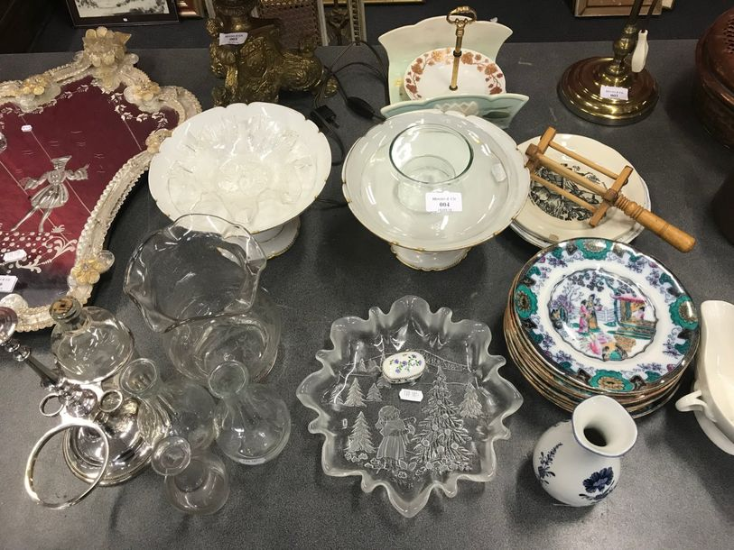 Vente courante 4- AM Un lot en porcelaine divers, assiettes,vinaigrier