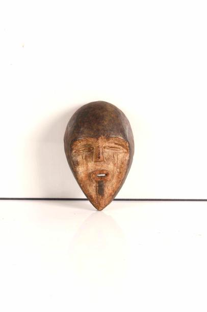 Petit masque  Tsogo-Vuvi, Gabon  Bois à patine d'usage  H : 20 cm.  Collection du…