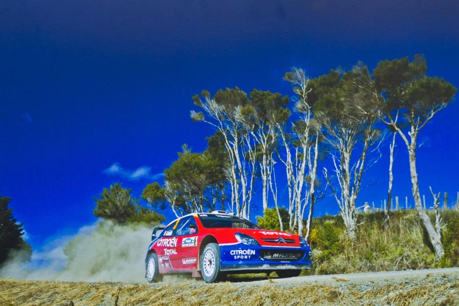 Lot de 4 photos officielles saison Citroën WRC 2004 (60x90 cm).