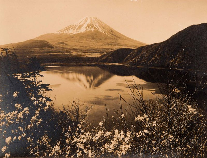 KOYO OKADA ( 1895-1972)  Spring By the lake (vue du Mont Fuji), c.1935.