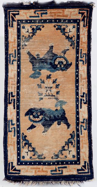 Un ancien et important tapis Ning-Hsia, An 18th century Ning-Hsia Chinese rug. Décor…