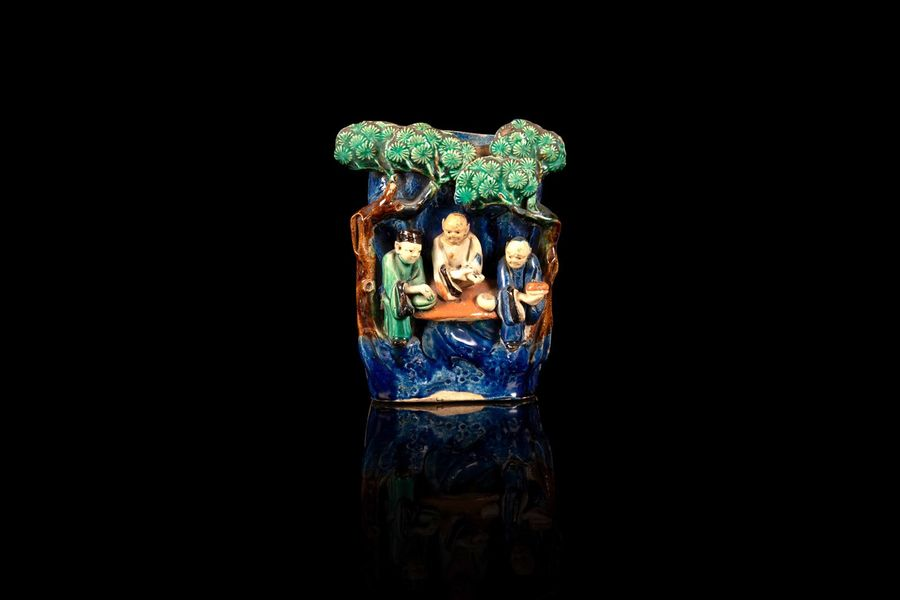 Vase d'applique  A shiwan vase, China, 19th c.  En grès émaillé polychrome dit de…