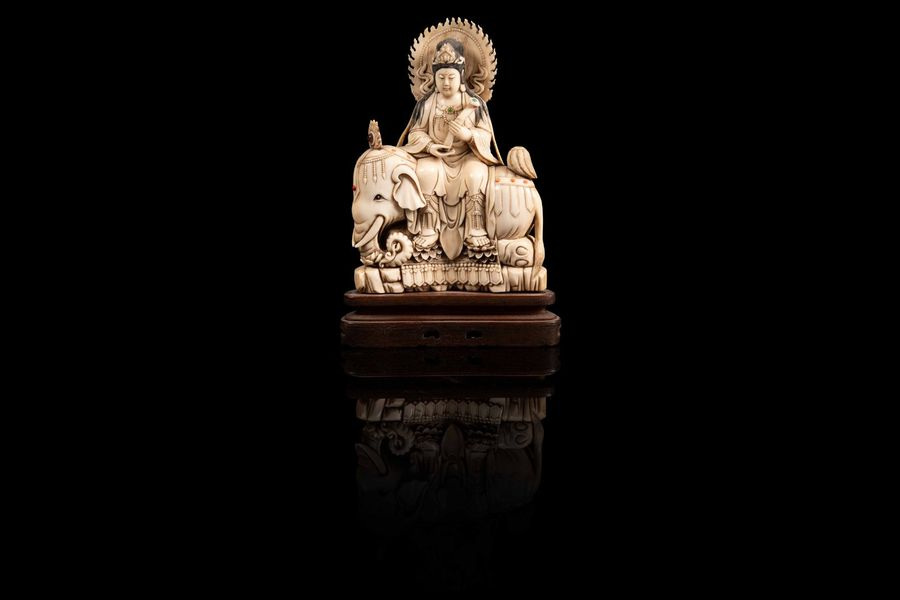 Guanyin assise sur un éléphant  A guanyin ivory figure, China, first half of 20th…