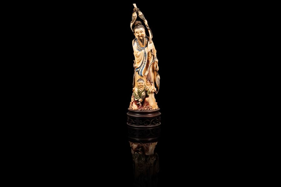 Statuette d'un sage  An ivory figure, China, first half of 20th c.  Le sujet tenant…