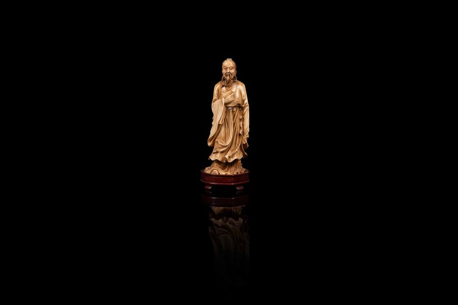 Sujet tenant une épée  An ivory figure, China, first half of 20th c.  Personnage…