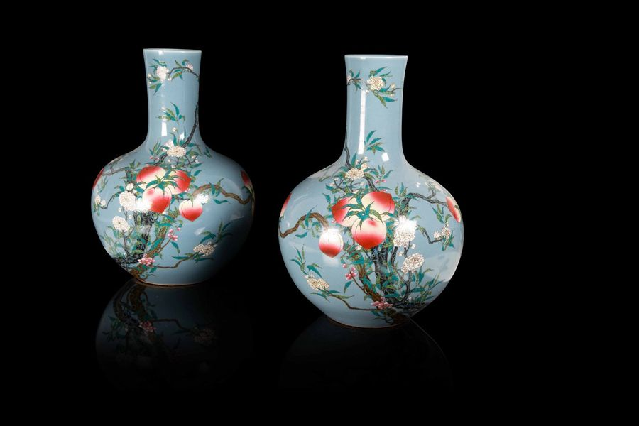 Grande paire de vases de forme tianqiuping  A large tianqiuping pair of vases, China,…