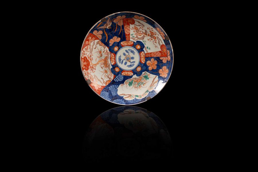 Paire de plats  A large Imari porcelain pair of plates, Japan, Meiji period.  Décor…