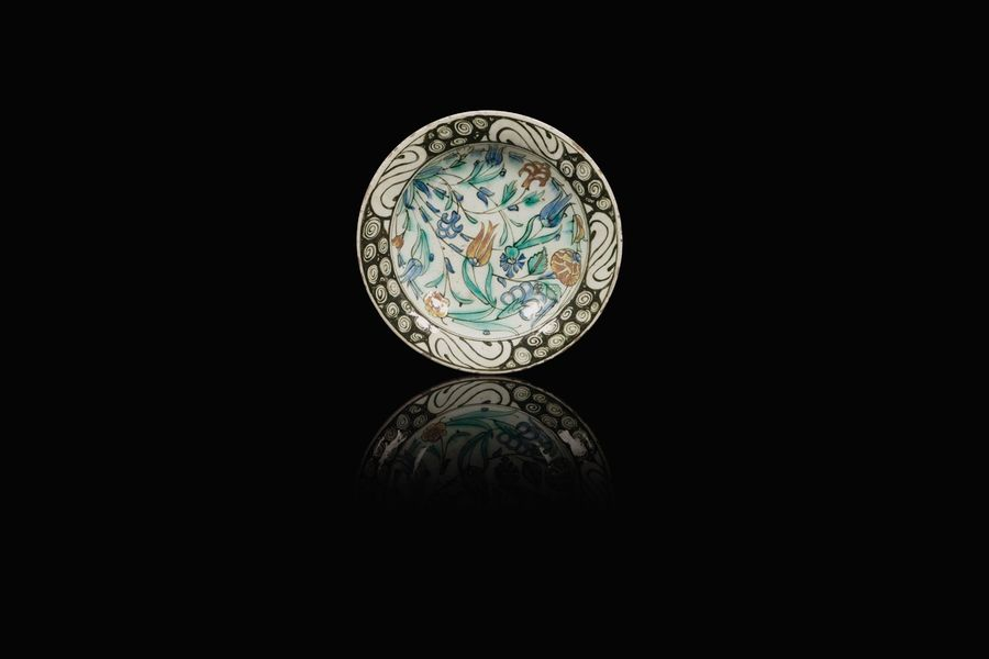 un plat en céramique  A late 16th century or early 17th century Iznik pottery dish…