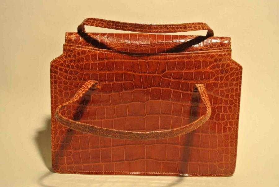 Sac à main à double anses en crocodile tabac - Longueur : 23 cm - Length : 9 in.…