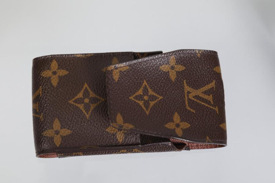 LOUIS VUITTON  Etui à cigarettes en toile monogram 6,5 x 12 cm