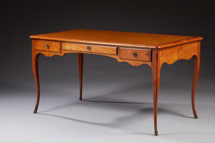Mailfert Amos Collection.  Un bureau plat de style Louis XV en merisier, ouvrant…