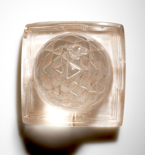 Shri Yantra Népal Cristal de roche. 8,5 x 8,5 x 7 cm Provenance: - Ancienne Collection…