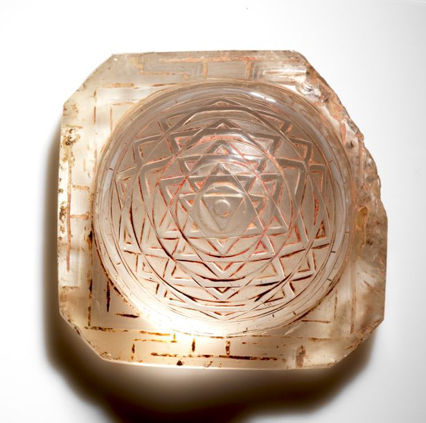 Shri Yantra Népal Cristal de roche. 9,5 x 9,5 x 7 cm Anciens accidents, importants…